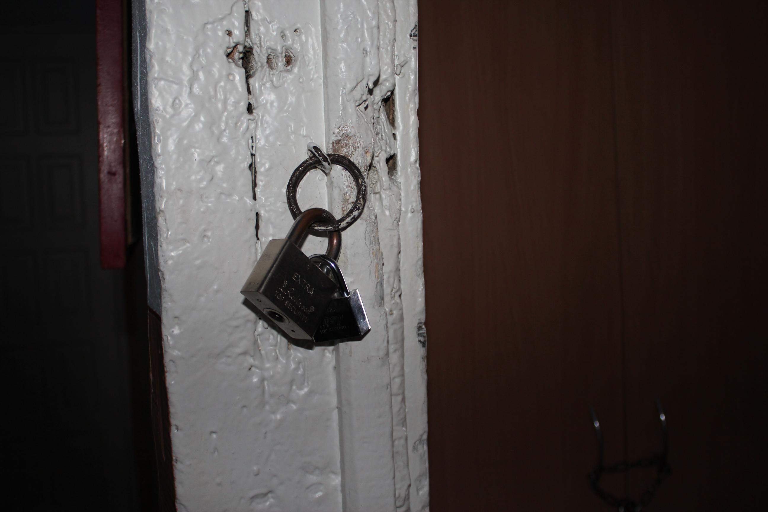 У Хотинській школі-інтернаті дітей на ніч зачиняють у кімнатах на замок
