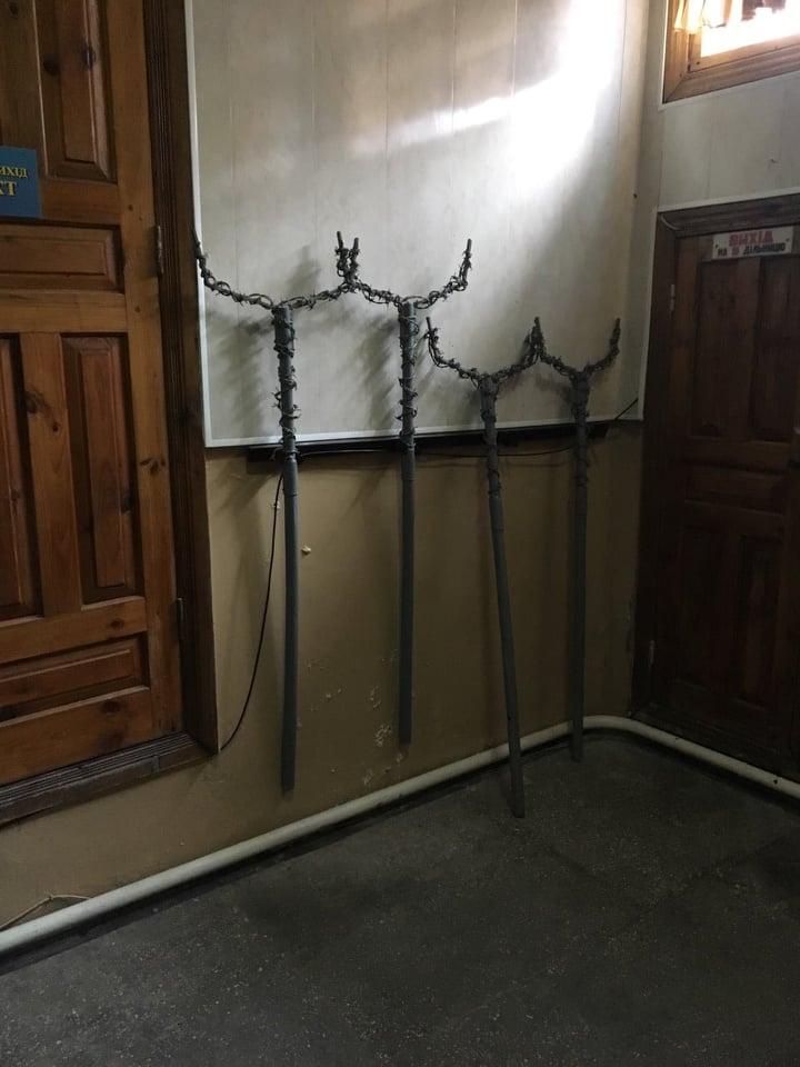 В Холодногірській виправній колонії №18 на Харківщині досі висять «дошки ганьби», а засуджених «виховують» заціпами та рогачами, обмотаними колючим дротом з гострими металевими шипами
